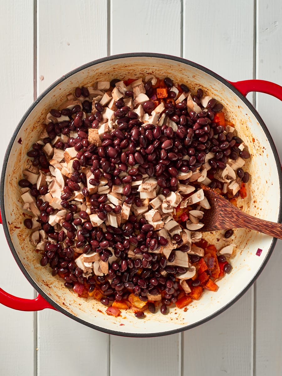 Adding black beans to pot with chilli non carne
