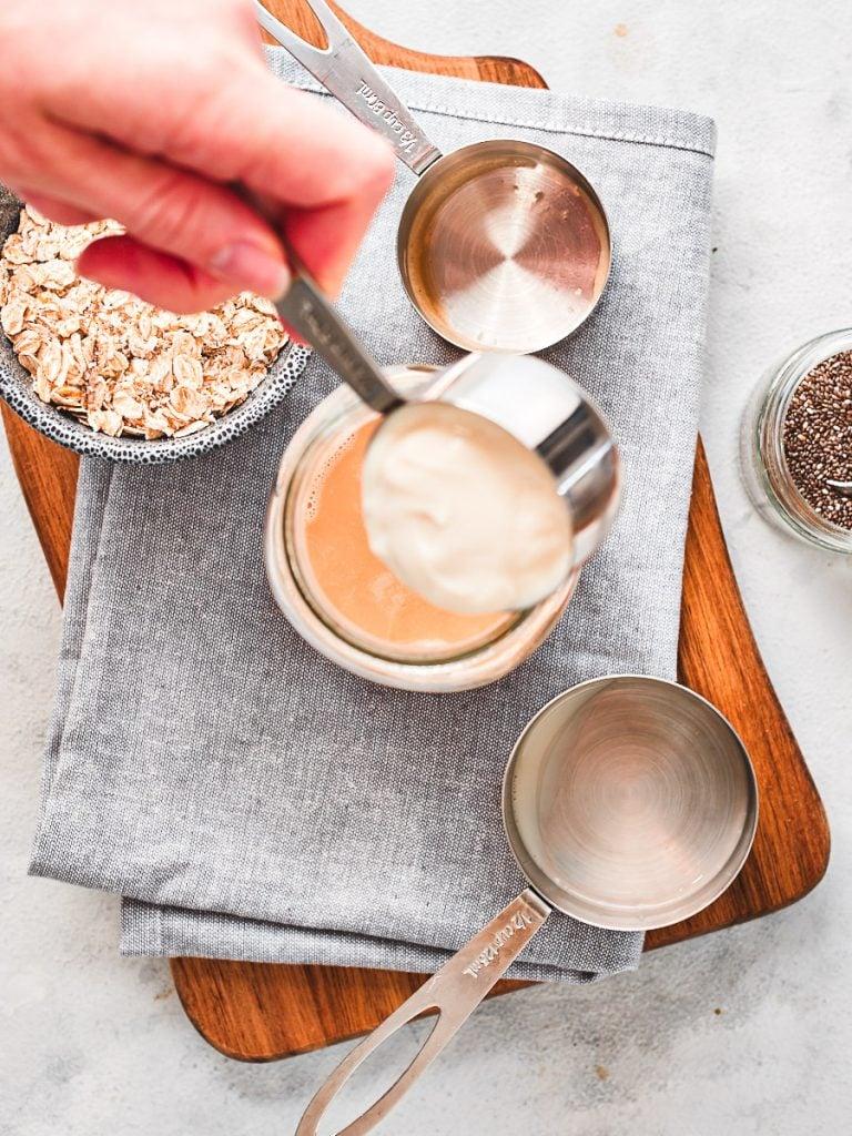 Adding yoghurt to mason jar